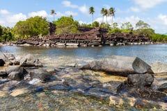 Fördärvat Nan Madol förhistoriskt stenar staden Forntida väggar som byggs på arkivbilder