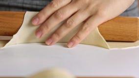 Fördelande deg för kvinna med kavlen arkivfilmer