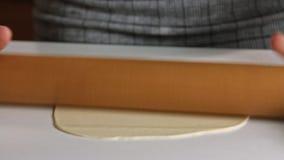 Fördelande deg för kvinna med kavlen lager videofilmer