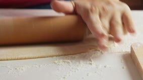 Fördelande deg för kvinna och laga mat sund mat hemma arkivfilmer