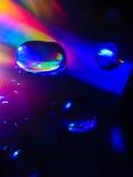 Fördelande vattendroppar på cd skiva Makro royaltyfri bild
