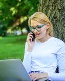 Fördelar för ockupation för försäljningschef Kvinnan med bärbara datorn parkerar in beställningsobjektet på telefonen Flickan tar royaltyfria foton