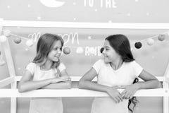 Fördelar som har systern Flickasystrar spenderar angenäm tid för att meddela i sovrum Enorma extraförmåner av att ha systern arkivbild