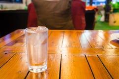 Fördelarna av dricksvatten vet redan! god hälsabantningpresentartikel Royaltyfria Foton