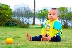 Fördelarna av orange frukt till tillväxten av barn Royaltyfria Foton