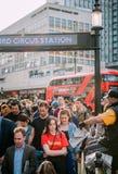 Fördelning för press för London afton standard till folkkungliga personen Weddi Arkivbild