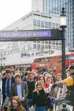 Fördelning för press för London afton standard till folkkungliga personen Weddi Arkivbilder