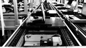 Förderband in einer Laptop-Computer Fabrik Schwarzweiss-Ton Wolken bewegen sich nah an der Gebirgsspitze stock video