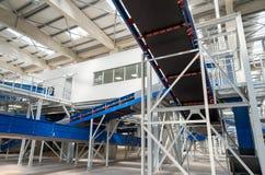Förderband-Kettenmaschinerie in einer aufbereitenden überschüssigen Anlage Stockfotografie