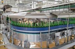 Förderband mit Bierflaschen in einer Brauerei Lizenzfreie Stockfotos
