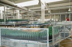 Förderband mit Bierflaschen in einer Brauerei Lizenzfreies Stockfoto