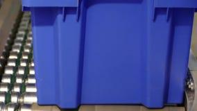 Förderer mit einem blauen Kasten stock footage