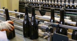 Förderer mit Weinflaschen stock footage
