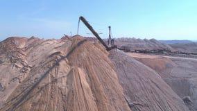 Fördererkonsole der Spreizers während der Operation Transport eines leeren Felsens zu einem Dump stock footage