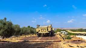 Fördermaschine des Halbkettenfahrzeugs M3 auf Pontonbrücke Latrun, Israel Stockfotografie