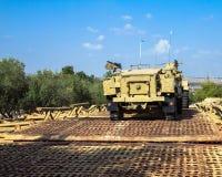 Fördermaschine des Halbkettenfahrzeugs M3 auf Pontonbrücke Latrun, Israel Lizenzfreie Stockbilder