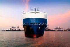 FördermaschinenFrachtschiff stockfoto
