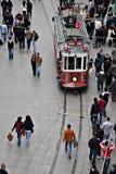 Förderwagen und gehende Leute, Istanbul Stockfotografie
