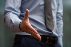 fördjupande handshake för affärsman till Arkivbild