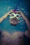 Fördjupningen man i blått badar mycket av vatten, sorgsenhetbegrepp Royaltyfria Bilder