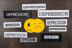 Fördjupningsbegrepp Psykologisk sjukdom ledsen smiley- och inskriftfördjupning på en mörk bakgrund Top beskådar royaltyfri foto