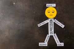 Fördjupningsbegrepp Psykologisk sjukdom liten man av ledsna leende- och fördjupningstecken på mörk bakgrund Top beskådar arkivfoto