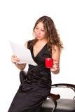 Fördriver läs- skrivbordsarbete för attraktiv affärskvinna tycka om en kupa av kaffe Arkivfoto
