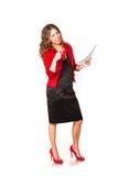 Fördriver läs- skrivbordsarbete för attraktiv affärskvinna tycka om en kupa av kaffe Royaltyfria Bilder