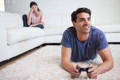 Fördriver leka videospel för man hans flickvän får tokiga på honom Arkivbild
