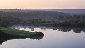 Fördunkla över det Ptitsegradsky dammet i de tidiga timmarna. Royaltyfri Foto