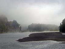 fördunkla över floden royaltyfri foto