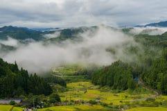 Fördunkla över risfält i region för högt berg av Yotsuya ingen Semma Arkivfoton