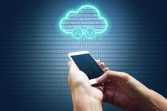 Fördunkla den beräknande uppkopplingsmöjlighetbegrepps- och handmannen som använder smartpho royaltyfri foto