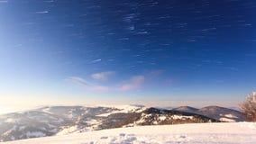Fördunkla flyttningen över berget i vinter med enformad himmel stock video