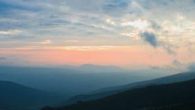 Fördunkla och moln i bergen en solnedgång stock video