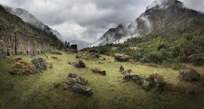 Fördunkla och regna på Qolqas Penas i de peruanska bergen, den Cuzco departementen, Peru Royaltyfri Bild