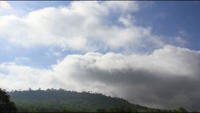 Fördunkla rörande på himmel nära stil för bergtidschackningsperiod lager videofilmer