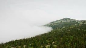 Fördunkla rörelse över berg, tidschackningsperiod. stock video