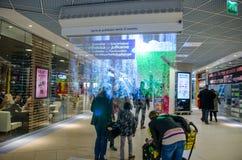Fördunkla skärm (skärm) i en finlandssvensk shoppinggalleria Arkivfoto