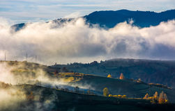 Fördunkla stigning över de lantliga kullarna i morgonljus arkivbild
