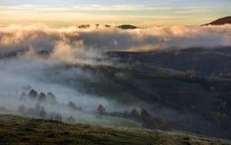 Fördunkla stigning över de lantliga kullarna på gryning royaltyfria foton
