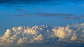 Fördunklar blå himmel för inflyttningen