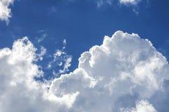 Fördunklar himmelstrålar Arkivbild