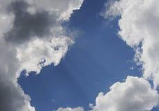 Fördunklar himmelstrålar Arkivbilder