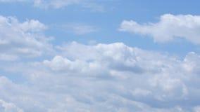 Fördunklar inflyttning den blåa himlen stock video