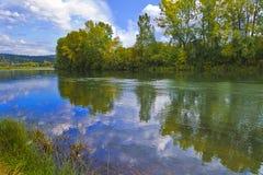 Fördunklar reflexion i floden. Royaltyfri Foto