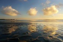Fördunklar reflexion i havet Fotografering för Bildbyråer