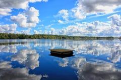 Fördunklar reflexion på vattnet Arkivbild