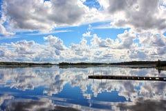 Fördunklar reflexion på vattnet Royaltyfri Fotografi