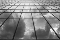 Fördunklar reflexioner i en glass byggnad Arkivbilder